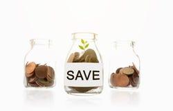 Save wiadomość na szklanych butelkach, roślina, monety, inwestycja i biznesów pojęcia, Zdjęcie Stock