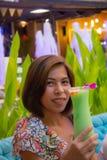 Saveur verte froide de pomme de kamikaze dans le verre sur une femme de main photographie stock libre de droits