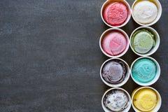 Saveurs de crème glacée de vue supérieure dans la tasse photographie stock libre de droits