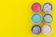 Saveurs de crème glacée de vue supérieure dans la tasse photos stock