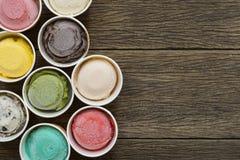 Saveurs de crème glacée de vue supérieure dans la tasse sur le blackground images stock
