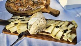Saveurs italiennes : Le fromage italien âgé typique a servi sur le plateau en bois photographie stock libre de droits