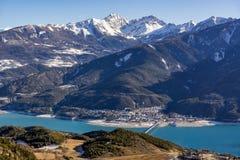 Savines-le-bacca e Serre Poncon nell'inverno Alpi, Francia Fotografia Stock