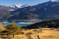 Savines-le-bacca e Serre Poncon nell'inverno Alpi, Francia Immagine Stock Libera da Diritti