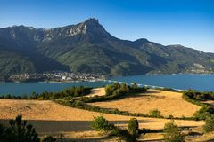Savines-le-Lac и грандиозное Morgon выступают с озером Serre-Poncon Hautes-Alpes, Альпы, Франция Стоковая Фотография