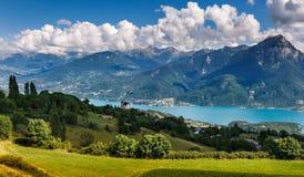 Savines le Lac, san Apollinaire, lago Serre Poncon, alpi, Francia Immagini Stock Libere da Diritti
