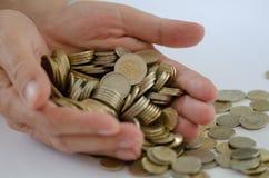 saving Há muitas moedas na mão masculina fotografia de stock royalty free