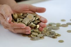 saving Há muitas moedas na mão masculina foto de stock royalty free