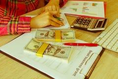 Savings, finanse, dotacja, gospodarka i domowy pojęcie, - kobieta z kalkulatorem pieniądze i robić w domu notatki, obrazy stock