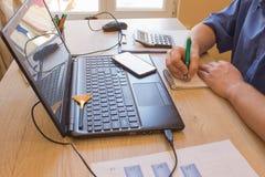 Savings, finanse, gospodarka i domowy pojęcie, mężczyzna z kalkulatorem i robić w domu notatkami fotografia stock