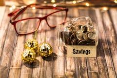 Savings pieniądze słoju motywacyjny pojęcie na drewnianej desce Obraz Stock