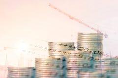 Savings plany dla mieścić, mockup dom od monety z żurawiem w budowy tle i obrachunkowa książka, Zdjęcie Stock