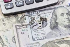 Savings pojęcie Kluczowy pierścionek kłama na pieniądze Obraz Stock