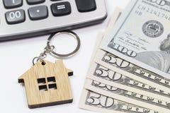 Savings pojęcie Kluczowy pierścionek kłama na pieniądze Fotografia Stock