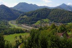 Savinja-Fluss und Lasko-Tal unter dem mittelalterlichen Celje ziehen sich in Slowenien zurück Lizenzfreies Stockfoto