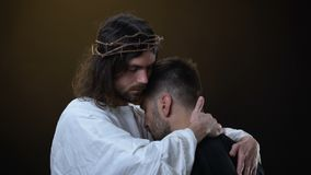 Savior στην κορώνα των θρόνων που αγκαλιάζουν την απελπισμένη αρσενική, θρησκευτική ειρήνη, συγχώρεση φιλμ μικρού μήκους