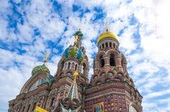 Savior στο αίμα Πετρούπολη, μια άποψη του ουρανού ανωτέρω και κατασκευασμένα σύννεφα Στοκ φωτογραφία με δικαίωμα ελεύθερης χρήσης