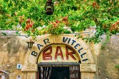 Savoca, Италия - 27-ое сентября 2017: Входная дверь на баре Vitelli в Savoca, острове Сицилии, Италии Место от фильма стоковое изображение