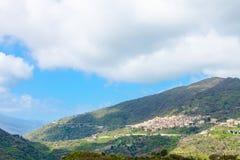 Ландшафт горы с деревней Savoca в Сицилии Стоковое Изображение