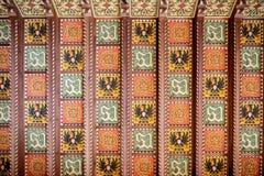 Savoiakasteel binnen Houten coffered plafond met de Savoia-kammen wordt verfraaid die Gressoney Heilige Jean, Aosta, Itali? stock foto