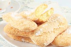 Savoiardi kakor, en sockerkaksbit i form av ett finger arkivfoton