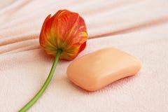 Savon avec la tulipe sur l'essuie-main Photographie stock libre de droits