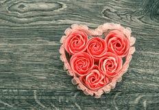 Savon de bain avec des pétales de rose sur le fond en bois Photos libres de droits