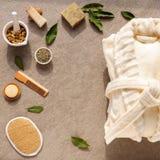 Savon de bain de peignoir et luffa, herbes sur une pierre Image libre de droits