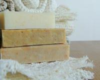 Savon de bain fait main de station thermale sur le tissu de toile fait main blanc de lavage de texture de gaufre, serviette, fond Photo stock