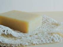 Savon de bain fait main de station thermale sur le tissu de toile fait main blanc de lavage de texture de gaufre, serviette, fond Photos stock