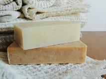 Savon de bain fait main de station thermale sur le tissu de toile fait main blanc de lavage de texture de gaufre, serviette, fond Photo libre de droits