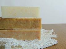 Savon de bain fait main de station thermale sur le tissu de toile fait main blanc de lavage de texture de gaufre, serviette, fond Photographie stock libre de droits