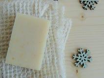 Savon de bain fait main de station thermale sur le tissu de toile fait main blanc de lavage de texture de gaufre, serviette, fond Photos libres de droits
