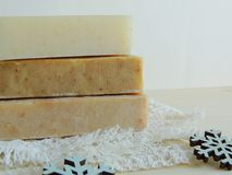 Savon de bain fait main de station thermale sur le tissu de toile fait main blanc de lavage de texture de gaufre, serviette, fond Images libres de droits