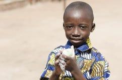 Savon de lavage de l'eau de mains de garçon impressionnant d'Africain noir image libre de droits