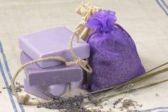 Savon de lavande et fleurs de lavande dans le sac Images stock