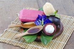 Savon de mangoustan fait ? ? des ingrédients naturels pour la peau saine Photo libre de droits