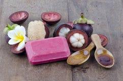 Savon de mangoustan fait ? ? des ingrédients naturels pour la peau saine Photos libres de droits