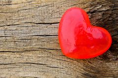 Savon en forme de coeur sur le fond en bois Image libre de droits