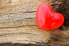 Savon en forme de coeur sur le fond en bois Images libres de droits