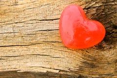 Savon en forme de coeur sur le fond en bois Image stock