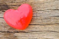 Savon en forme de coeur sur le fond en bois Photos libres de droits