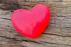 Savon en forme de coeur sur le fond en bois Images stock