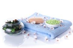 Savon et sel de bain sur une serviette Images libres de droits