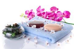 Savon et sel de bain sur une serviette Photos libres de droits