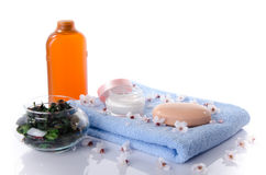Savon et sel de bain sur une serviette Photo stock