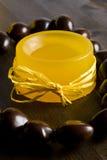 Savon fabriqué à la main jaune Image libre de droits