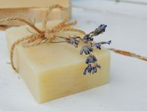 Savon fait main de lavande de station thermale sur le fond en bois de vintage Fabrication de savon Bars de savon Photos stock