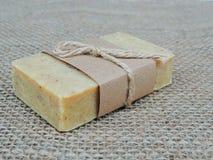 Savon fait main de station thermale sur le fond de toile de jute Fabrication de savon Bars de savon Station thermale, soins de la Photographie stock