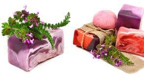 Savon fait main naturel avec des herbes d'isolement photographie stock libre de droits